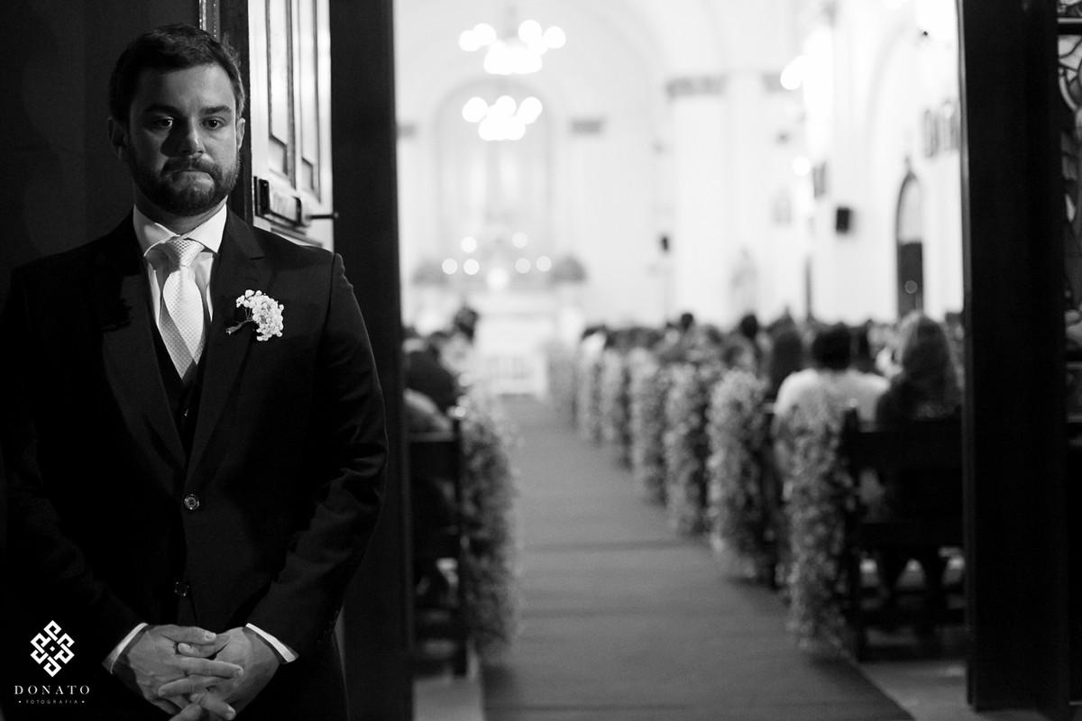 noivo espera a noiva na porta da igreja matriz de Bebedouro -sp.