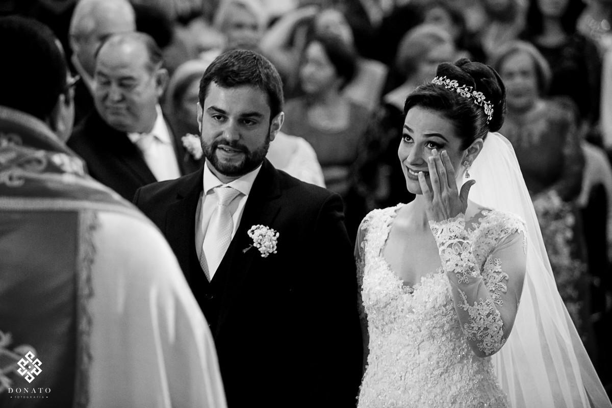 Noiva se emociona com as lindas palavras do padre, neste momento ela passa a mão nos olhos para secar a lagrima, momento unico de emoção.