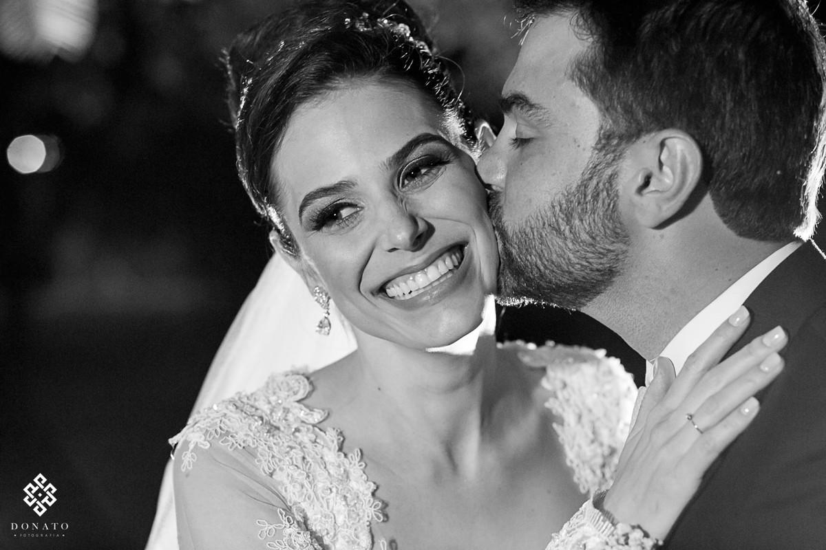 Noivo da um beijo inesperado na noiva jamile, eles estam no jardim do buffet Villa Flamboyant.