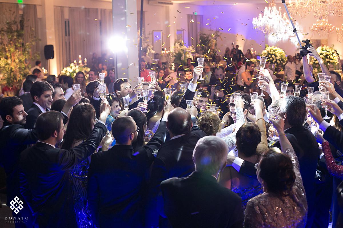 Brinde coletivo, com varia pessoas, momento muito alegre feito no salão Flamboyant