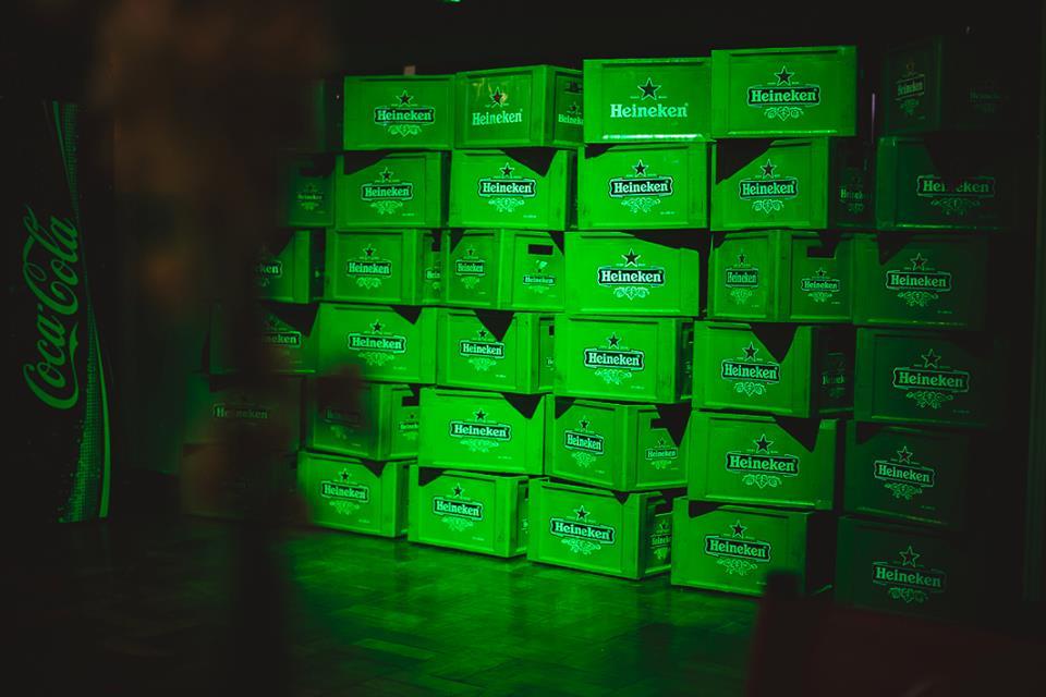 caixas de bebidas empilhadas, formando o cenario da festa