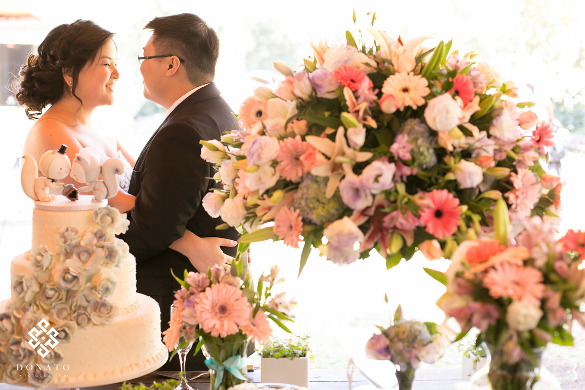 noivos brindam na mesa de flores e bolo, durante a festa no espaço natureza.