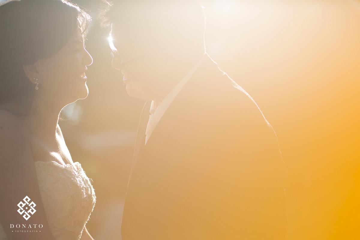 linda foto com o por do sol, um quase beijo do casal, esta luz é linda.
