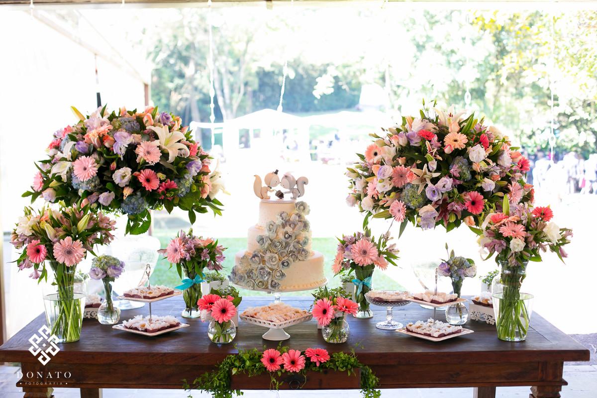 detalhe da decoraçao da mesa do bolo, feita pela essencial decoraçoes para o espaço natureza.