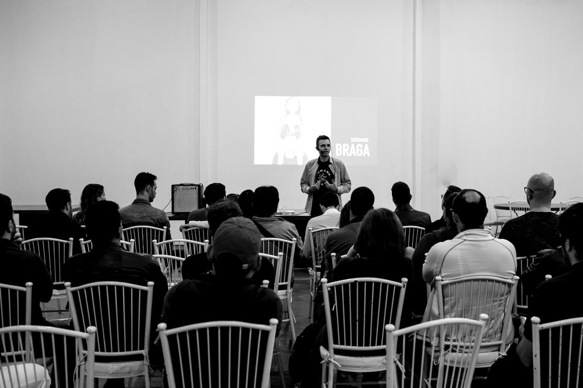 Donato responde perguntas aos alunos na sua palestra no paraná.