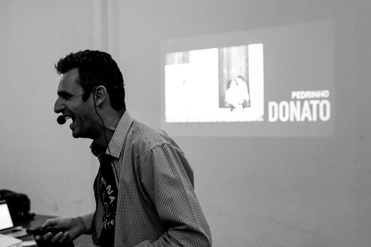 o professor leandro donato, da uma gargalhada enguando da uma aula em sua apresentaçao no projeto humanamente.