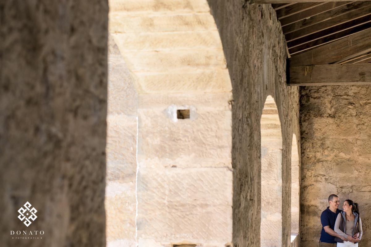 noivos namoram dentro da construçao gigante com janelas em forma de arco, do ano de 1800, as fotos foram feitas na fazenda ipanema em iperó.