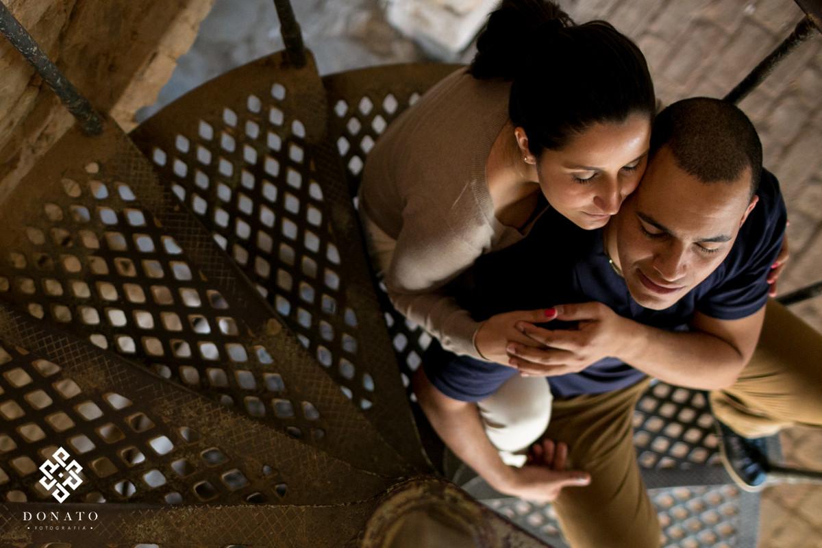 noivos namoram na escada em forma de caracol dentro da ruina da fazenda ipanema em ipero-sp.