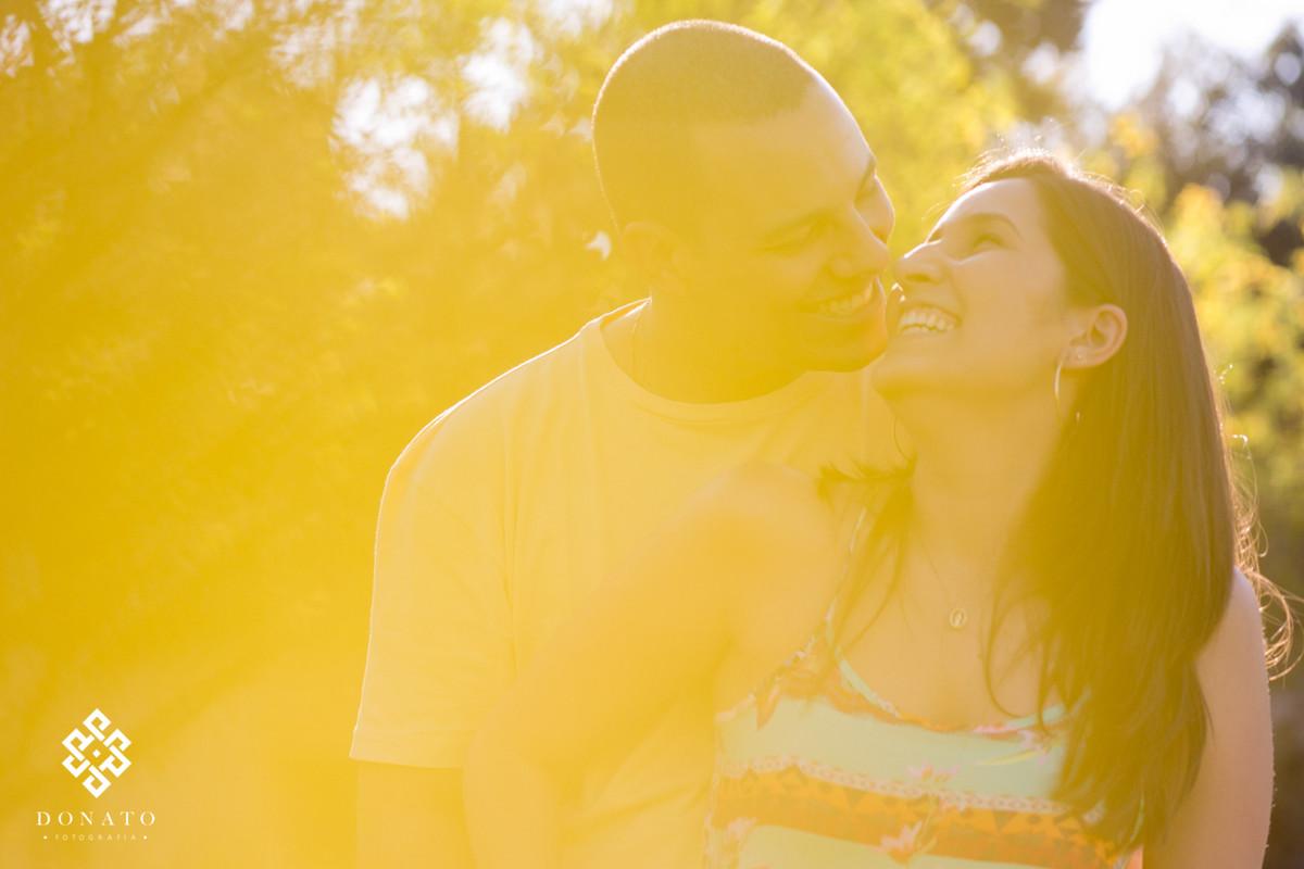 foto do casal nathalia e vini, com uma luz amarelada do por do sol.