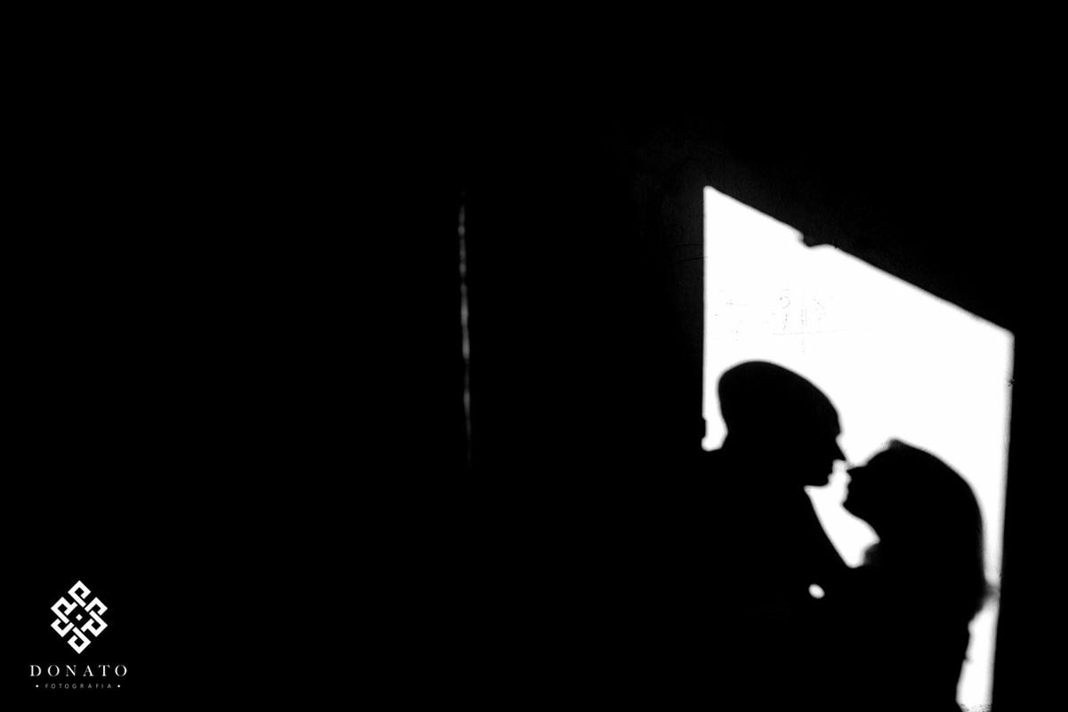 noivos namoram e projeta imagem da sombra na parede entre a porta de casas abandonadas na fazenda ipero-Ipanetama-sp.