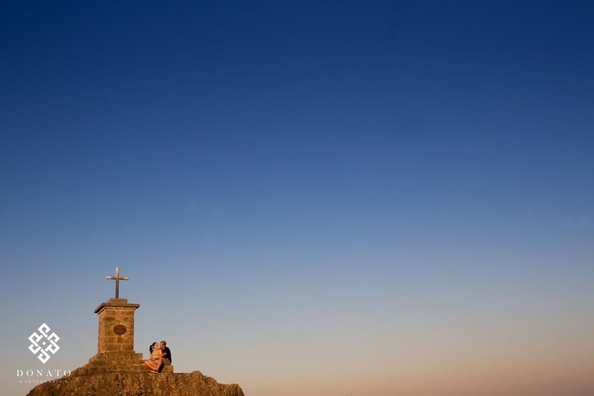 noivos sobem no ponto mais alto da fazenda Ipanema em Ipero-sp, e fazem uma foto namorando na cruz onde Don pedro fez a sua foto com sua comitiva a dois séculos atrás.