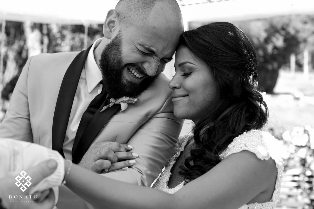noivo chora e encontra emocionado com a cabeça na noiva que também se emociona com as palavras do reverendo lucas.
