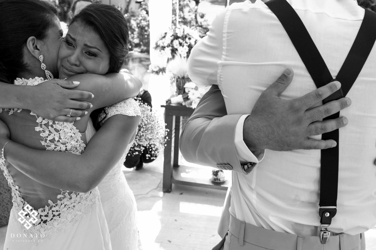 Noiva abraça sua melhor amiga, e chora nos comprimentos no altar do espaço natureza.