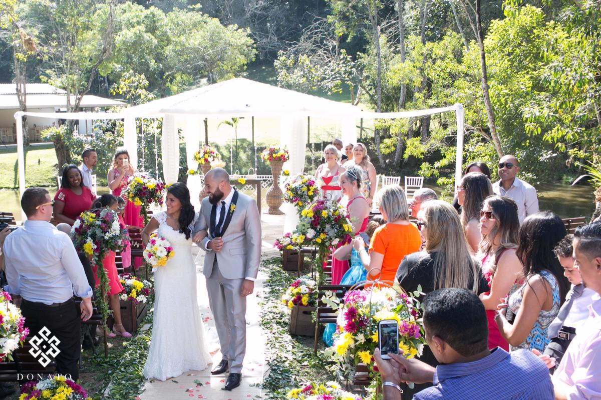 Noivos saem da cerimonia com destino a festa.