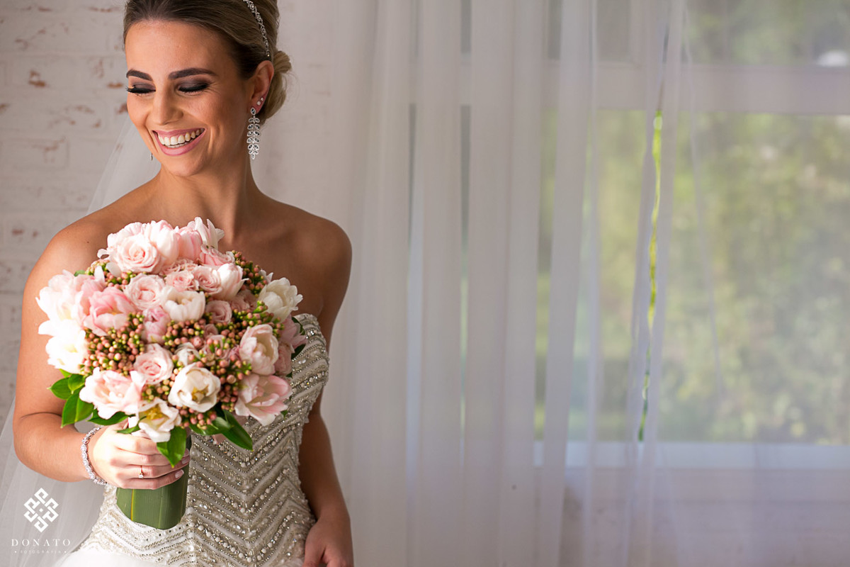 noiva com o buquet da tutti flora, faz um retrato antes de ir para a cerimonia.