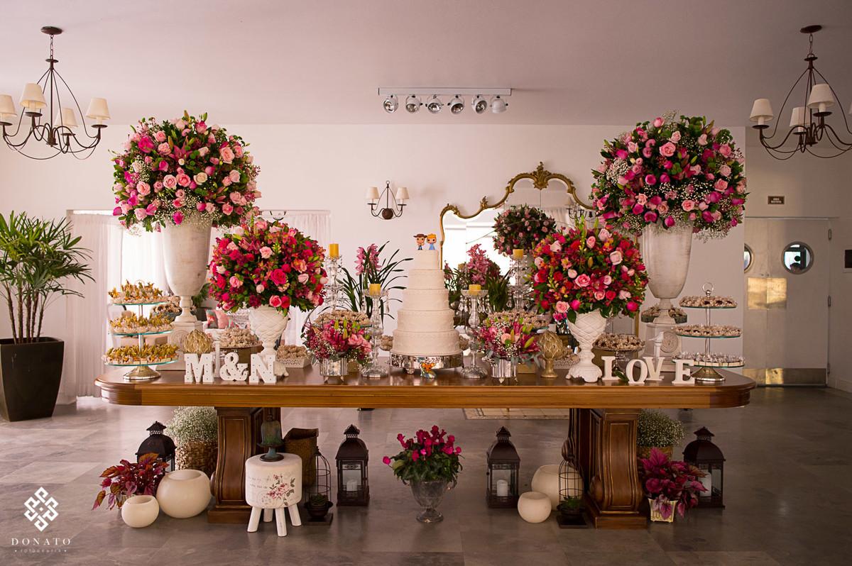 mesa do bolo decorada pela tutti flora.