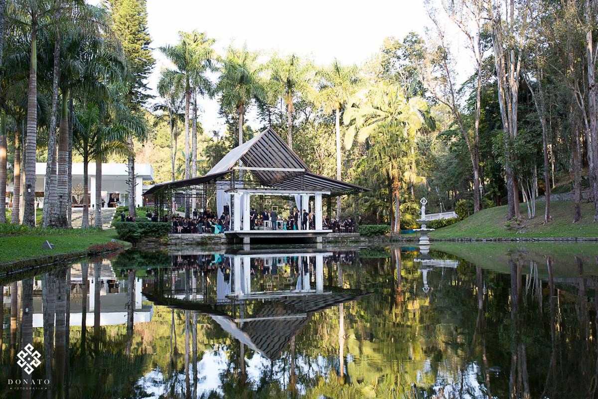 foto que mostra o local da cerimonia na fazenda 7 lagoas, ao fundo um lago e muito verde.