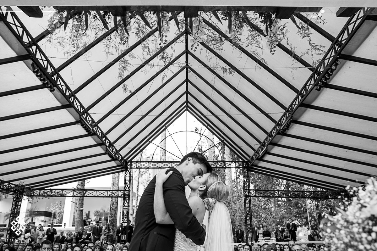 noivos se beijam, uma imagem bem centralizada e bonita.