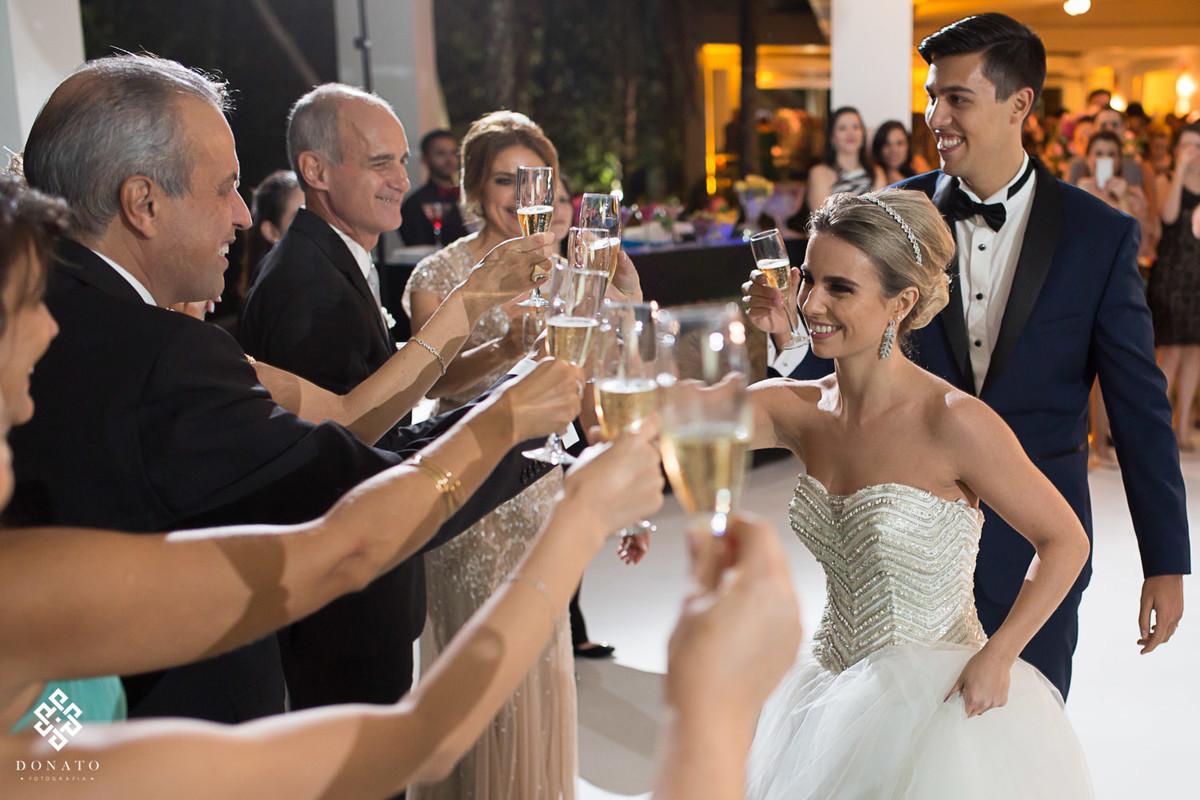 noivos brindam com os padrinhos, no salao de festas da fazenda 7 lagoas.