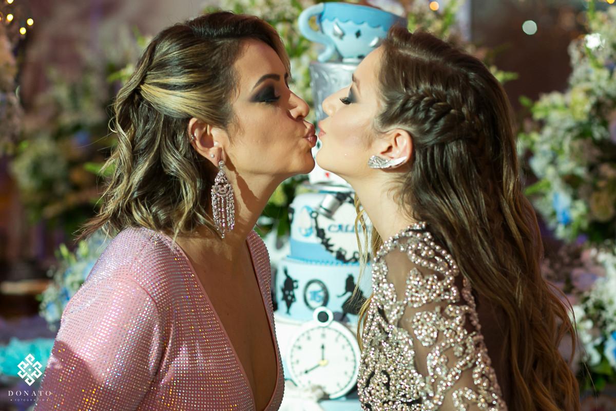 aniversariante beija sua mae.