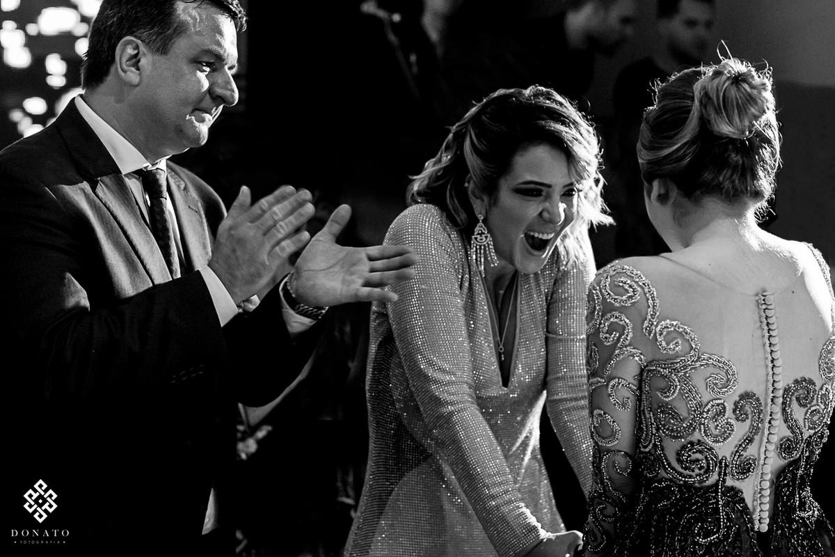 mae faz uma expressão linda de surpresa ao ver a filha maravilhosa.