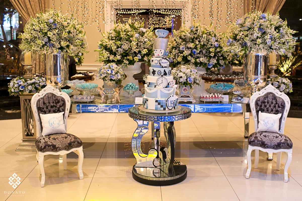 mesa de doces, com bolo tematico, alice no pais das maravilhas