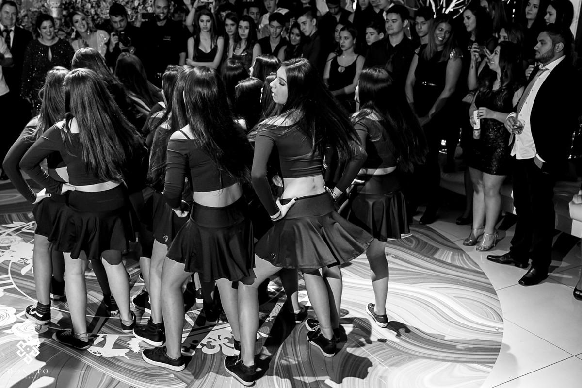 amigas dançam junto com a debutante