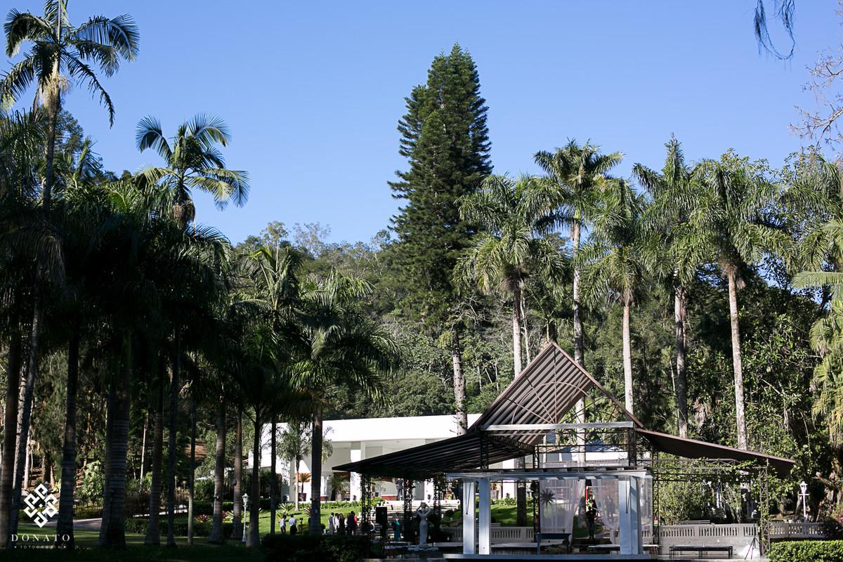 visão geral do local do casamento na fazenda 7 lagoas, em frente ao lago, lugar lindo e todo branco.