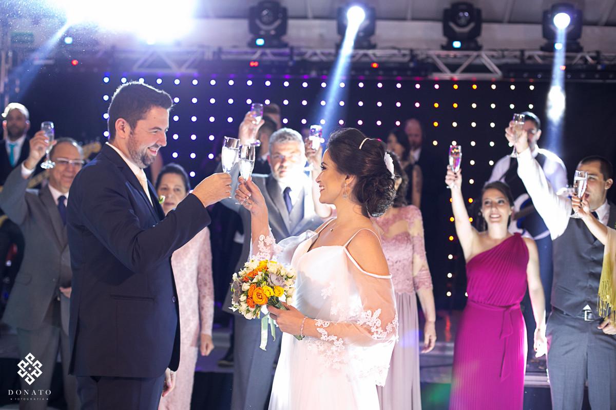 noivos brindam com seus padrinhos na pista de dança da fazenda 7 lagoas.