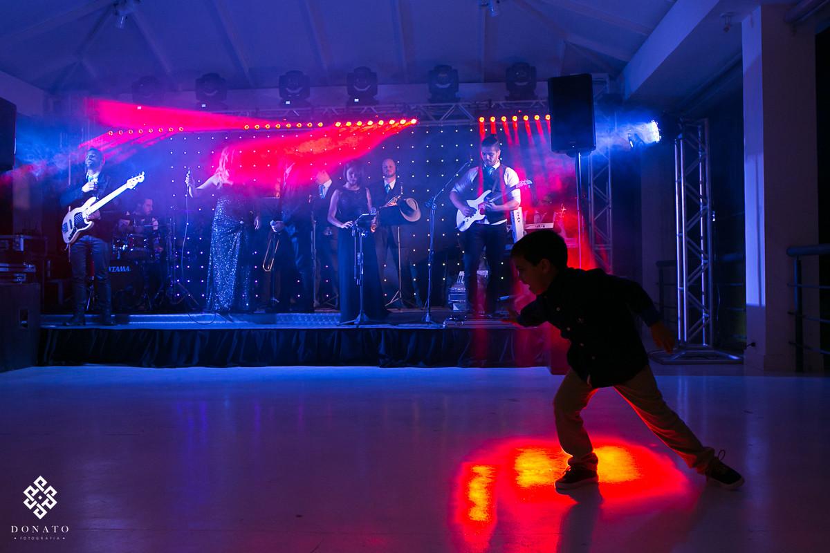 menino brinca com as luzes na pista de dança da banda simple band.