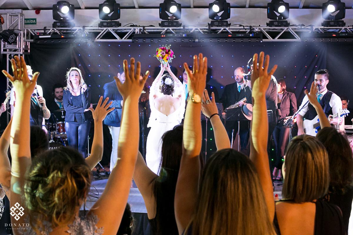 noiva joga o bouquet, a imagem é bem legal pois mostra da visão das convidadas esperando o bouquet.
