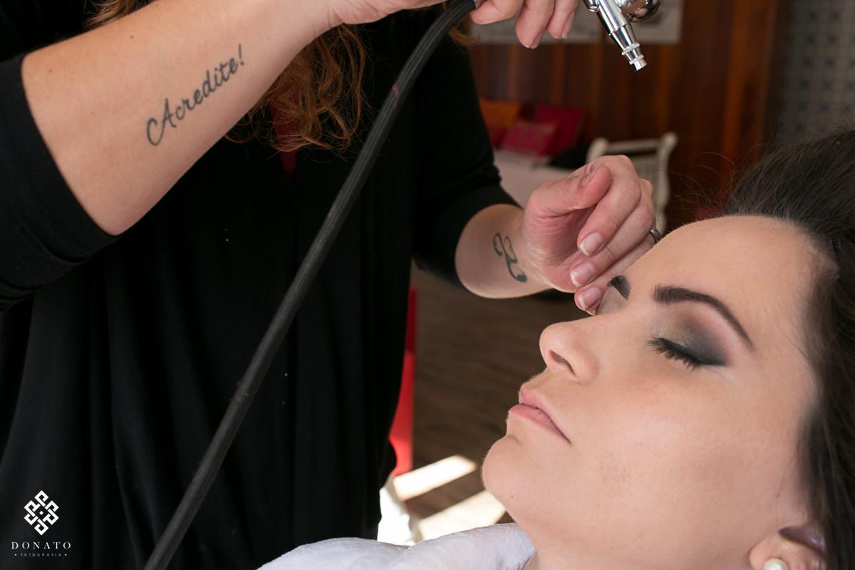 a maquiadora fabi, faz a maquiagem com air brush, técnica de maquiagem a ar..