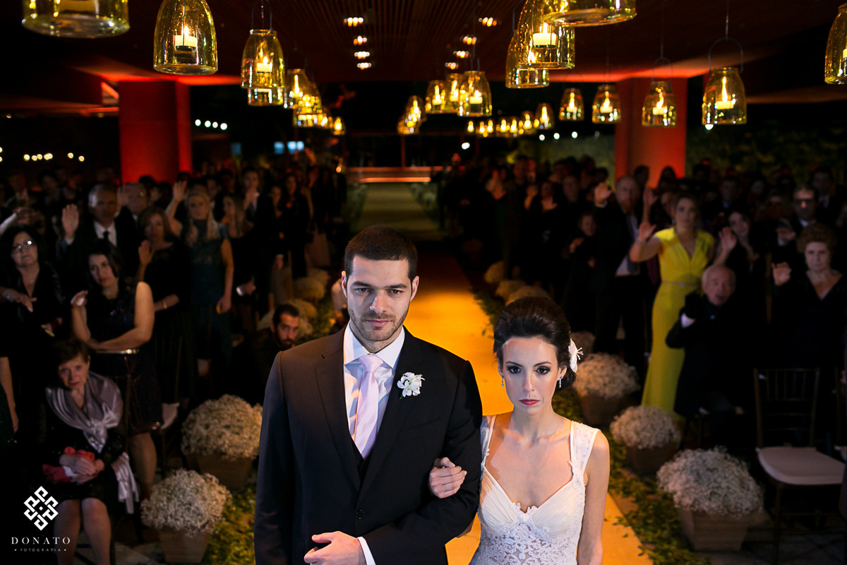 visão geral dos noivos de frente para o altar, ao fundo toda a parte do cerimonial da casa Aragon.
