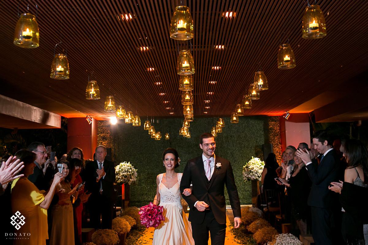 Noivos saem todos sorridentes do cerimonial casa aragon.