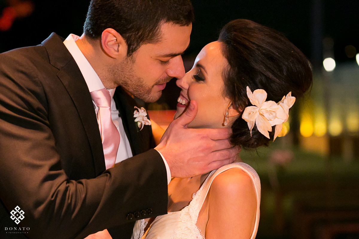 Noivo da um super beijo na noiva.