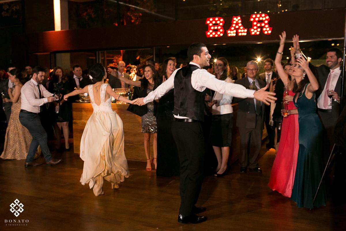 noivos dançam em frente ao bar.