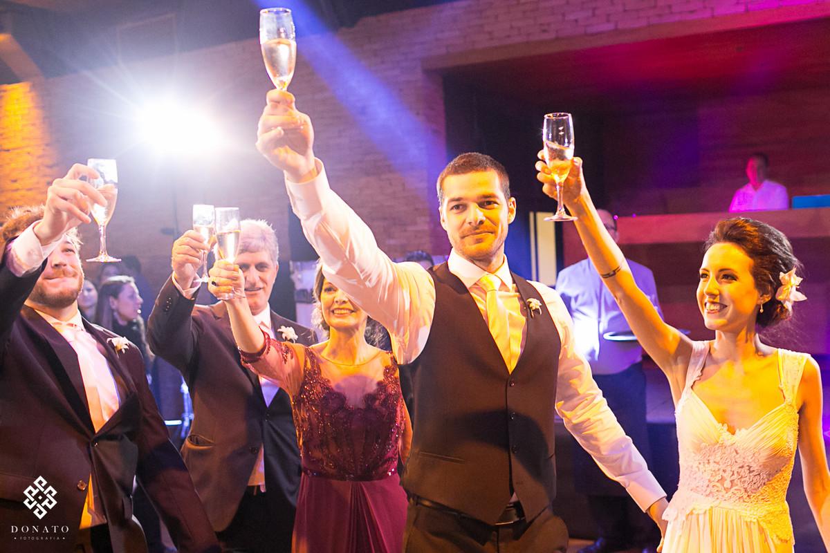 noivos brindam com todos os convidados.