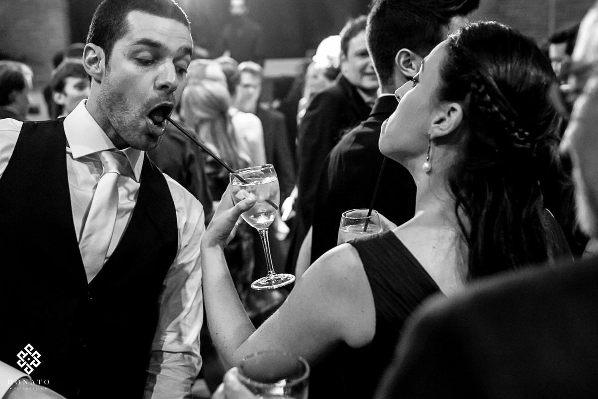 noivo tenta tomar um drink no canudo mas não consegue, a imagem é muito engraçada.