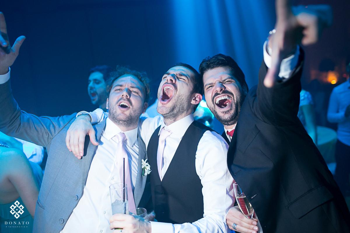 noivo e amigos cantam muito na balada.