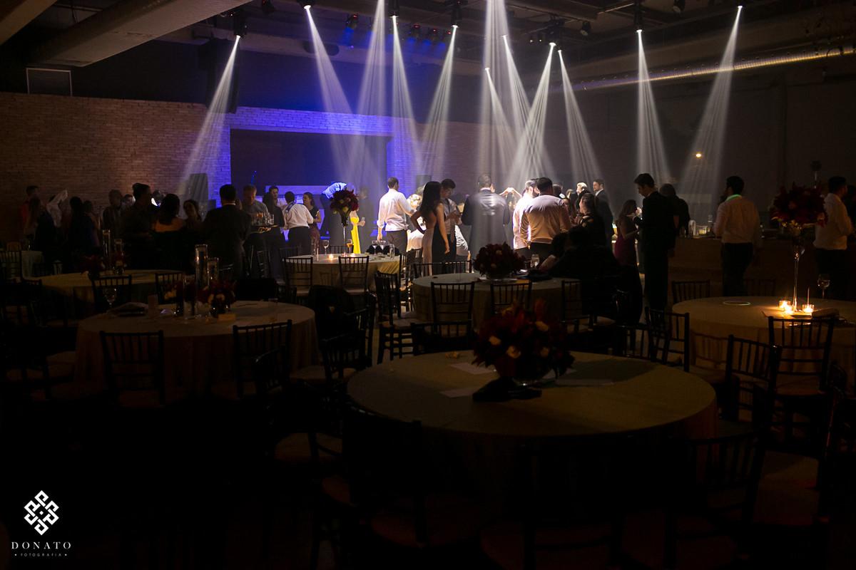 Uma visão geral do salão e da pista de danças.