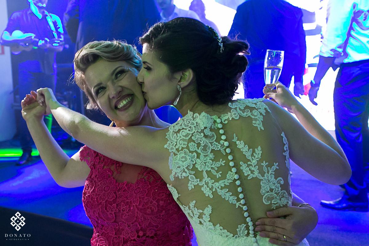 noiva abraça e beija a mãe.