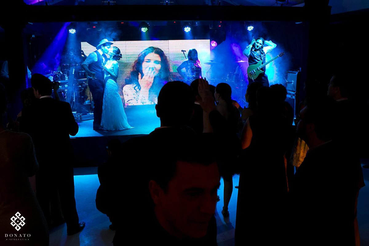 noivos dançam no palco da banda kubalibre.
