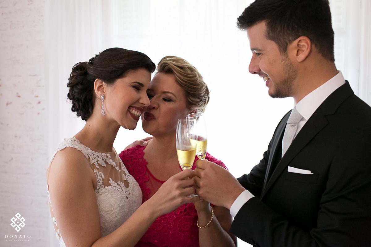 Noiva e mae brinda antes do casamento.