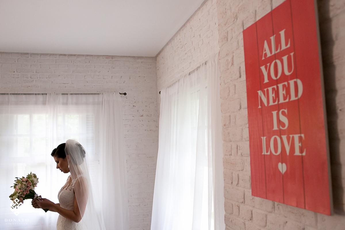 noiva se prepara para casar com seu boquet feito pela Concept Party.