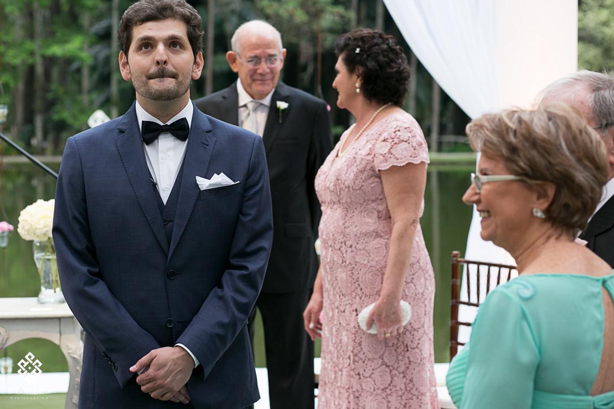 Noivo se emociona ao ver a entrada da noiva.