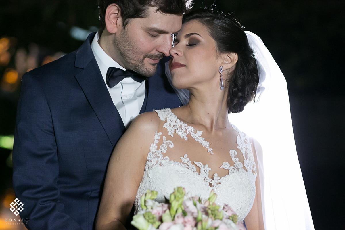 Noiva e noivo namoram na entrada da fazenda 7 lagoas.