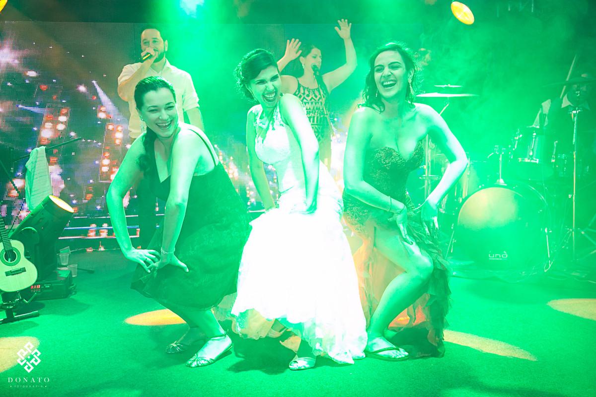 noiva e madrinhas dançam no palco da banda kubalibre.