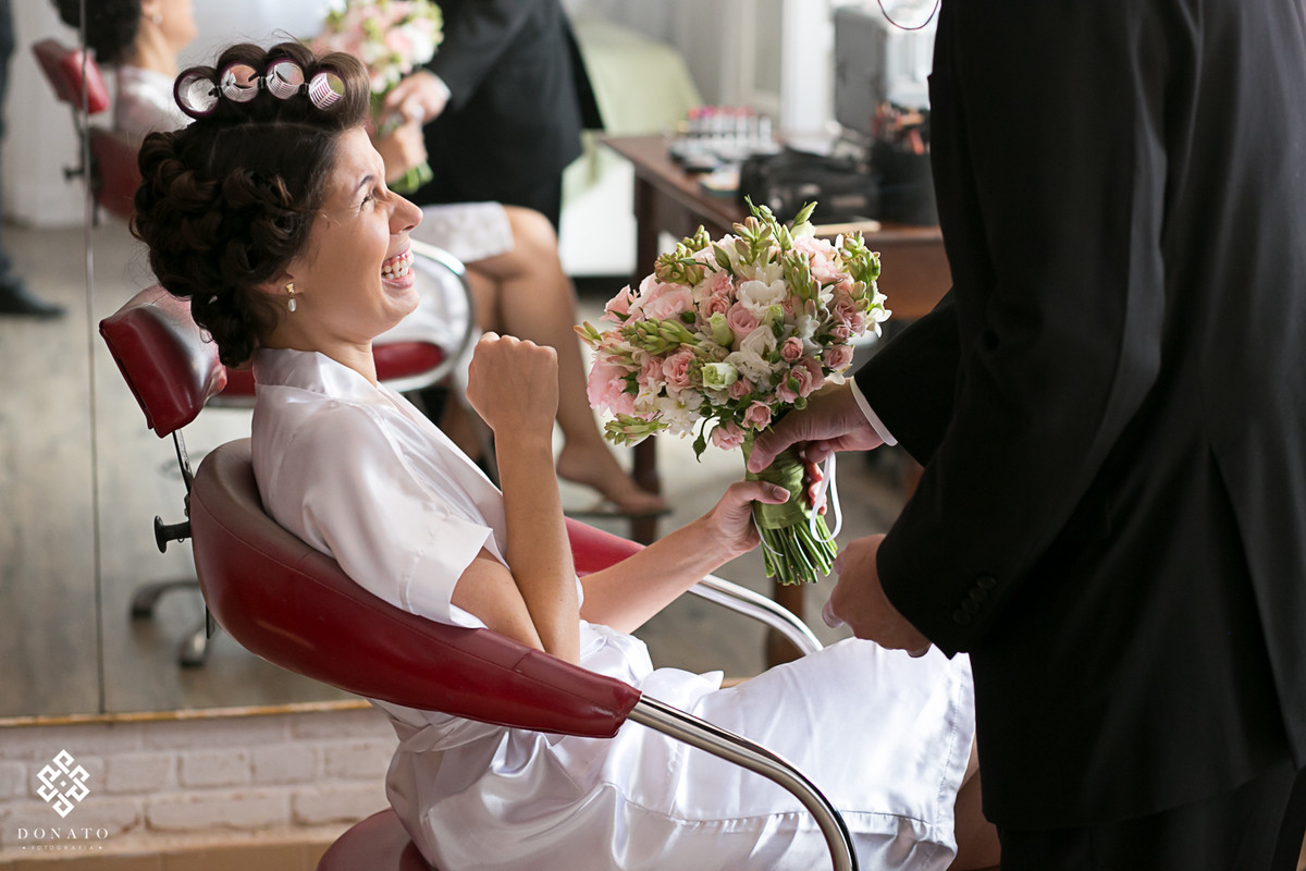 noiva se emociona ao receber o bouque na sala da noiva da fazenda 7 lagoas.