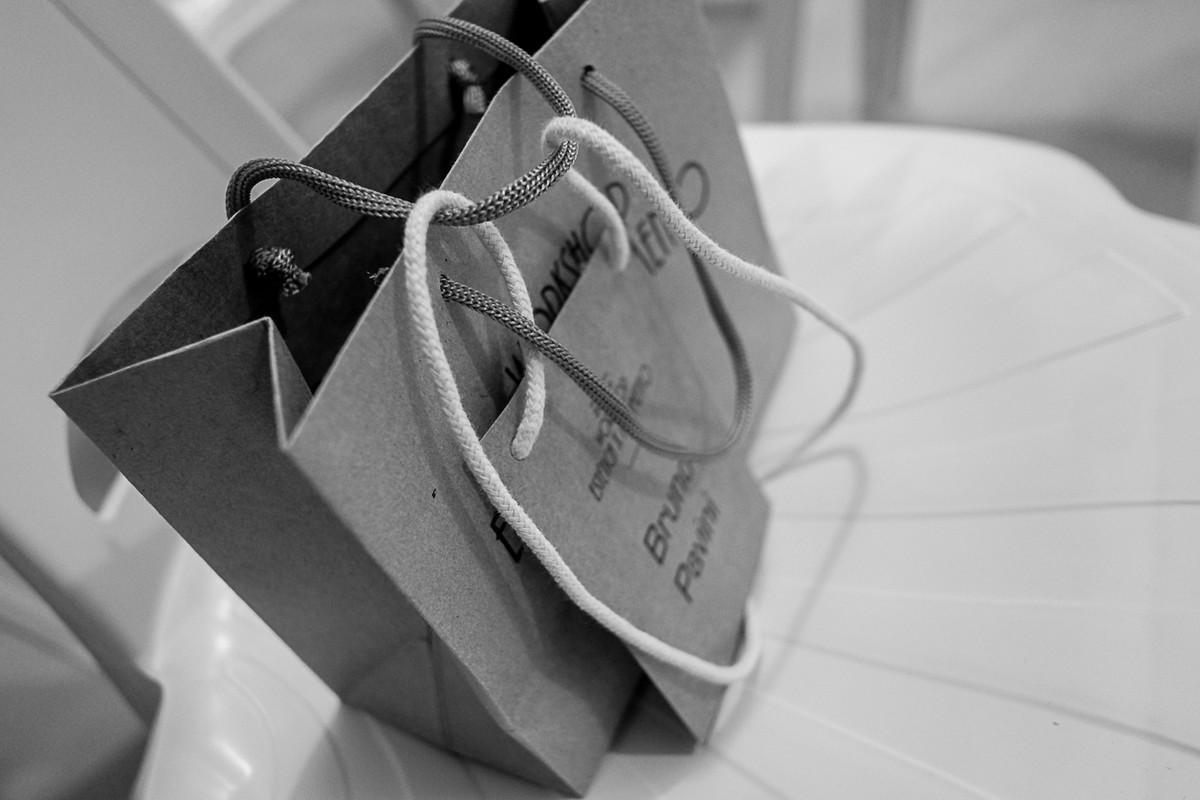 Detalhe da sacola com crachá do aluno no curso de fotografia de casamento.