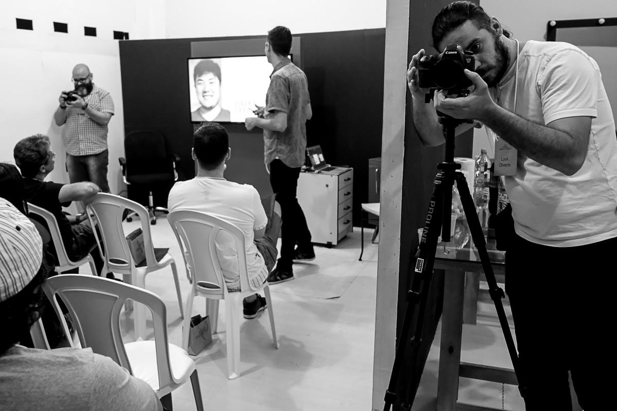 Leandro donato apresenta os outros palestrantes enquanto o Luck Filmes faz a imagemagens do video.